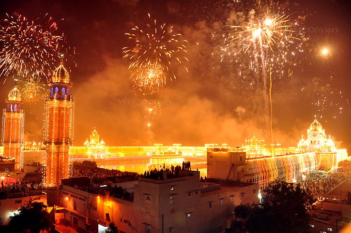 Diwali_fireworks_and_lighting_celebrations_India_2012-min